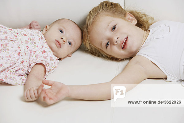 Mädchenbildnis mit ihrer Schwester auf dem Bett liegend