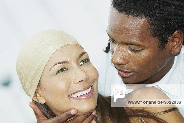 Nahaufnahme eines jungen Mannes schauen  einer jungen Frau und lächelnd