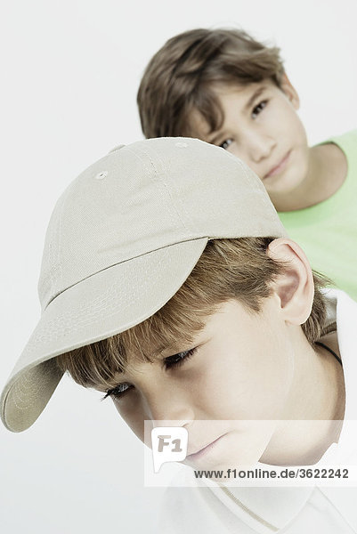 Nahaufnahme eines jungen Denken mit seinem Freund im Hintergrund