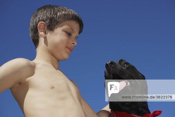 Nahaufnahme eines jungen Blick auf einen Hund
