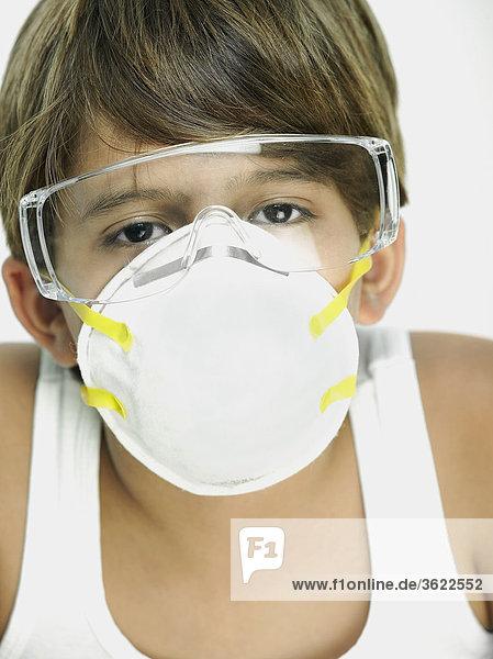 Bildnis eines Knaben mit einer Verschmutzung-Maske