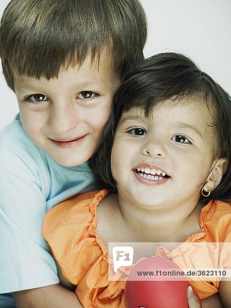 Nahaufnahme eines jungen umarmt seine Schwester von hinten