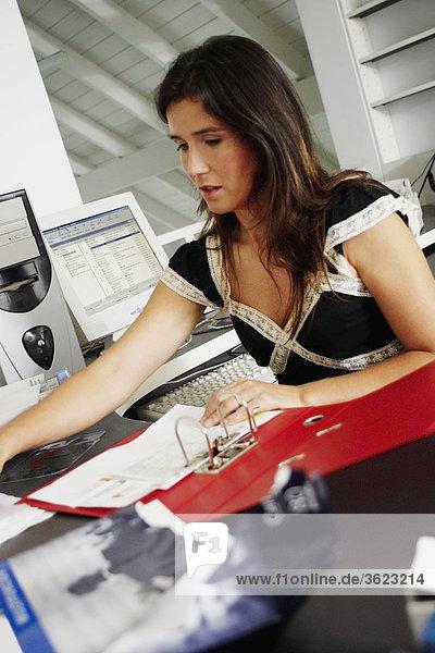 Nahaufnahme-arbeiten in einem Büro geschäftsfrau