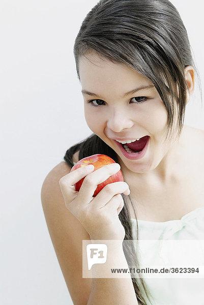 Portrait eines Teenagerin essen einen Apfel
