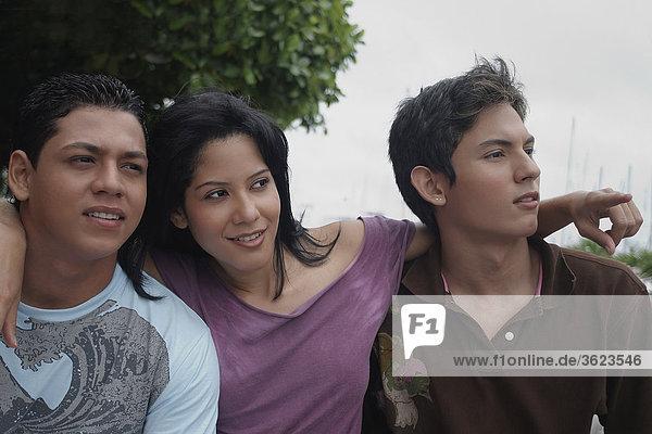 Nahaufnahme einer jungen Frau mit zwei junge Männer sitzen