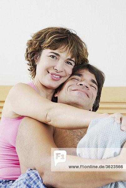 Portrait einer Reifen Frau umarmen eine reife Frau von hinten