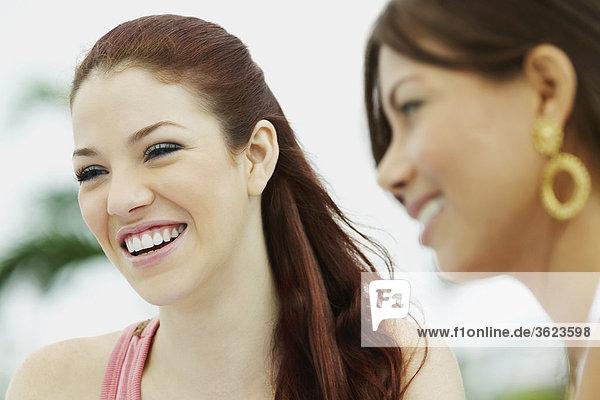 Nahaufnahme der zwei jungen Frauen lächelnd