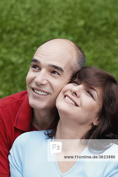 Nahaufnahme ein reifes Paar lächelnd und Nachschlagen