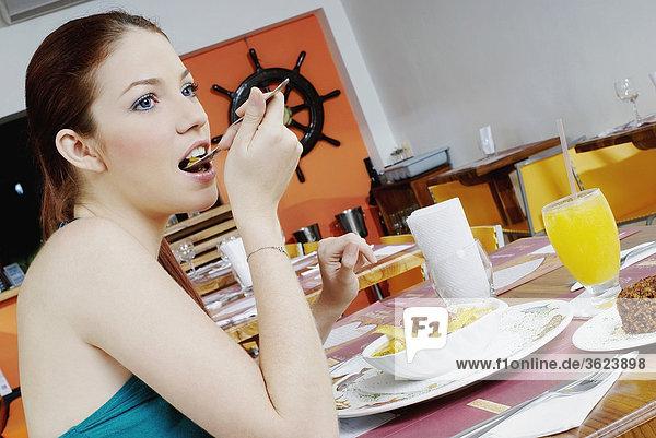 Seitenansicht einer jungen Frau Essen