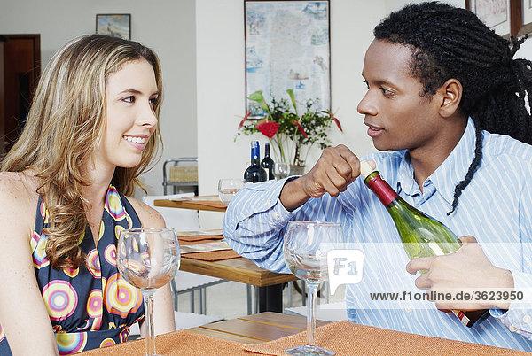 Nahaufnahme eines jungen Paares sitzen am Tisch