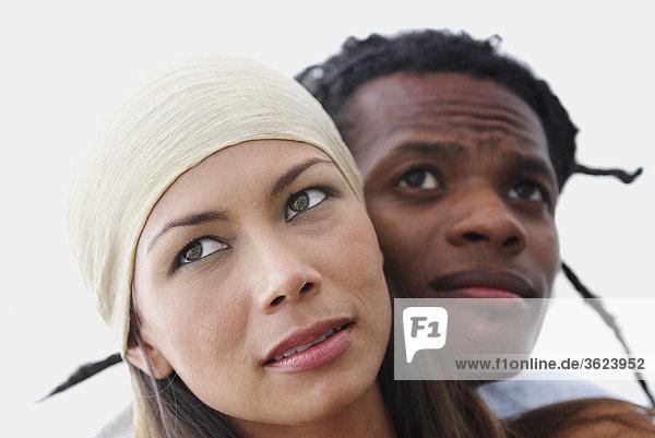 Nahaufnahme eines jungen Paares Wegsehen