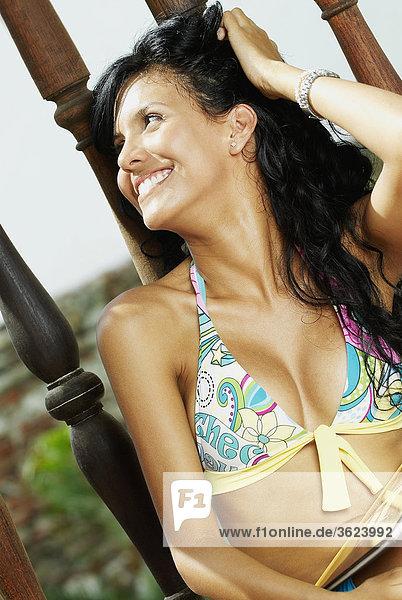 sitzend junge Frau junge Frauen lächeln Balkon Close-up close-ups close up close ups