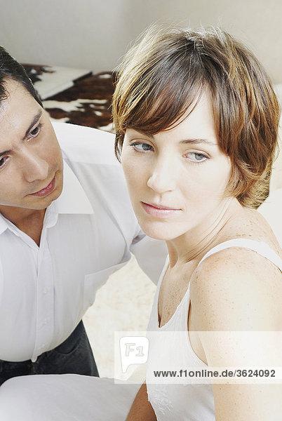 Nahaufnahme einer jungen Frau mit einem mittleren erwachsenen Mann neben ihr