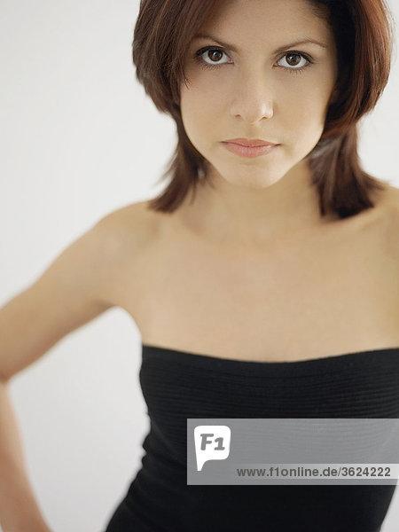 Portrait einer jungen Frau starrt