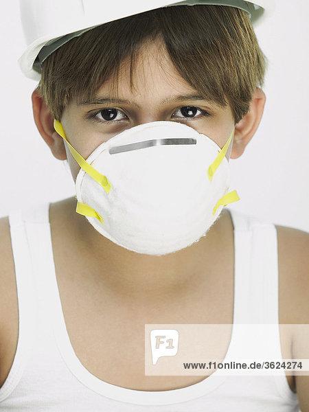 Bildnis eines Knaben mit einer Sicherheit-Maske