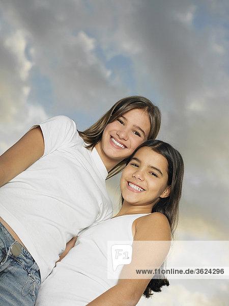 Untersicht ein Teenagerin stehen mit ihrer Schwester