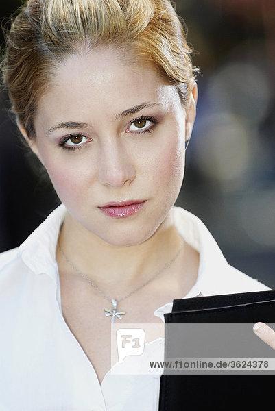 Porträt von geschäftsfrau hält eine Datei