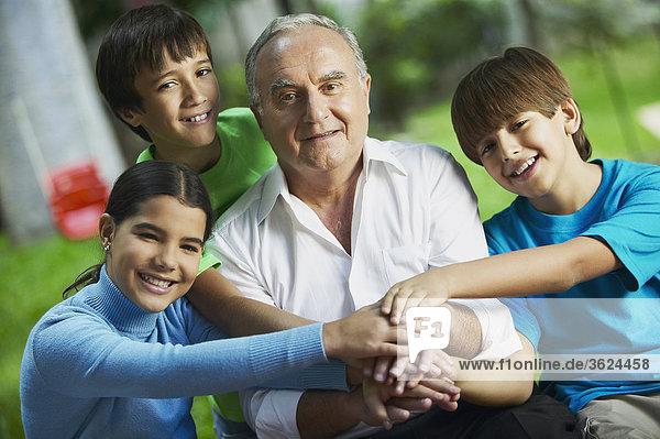 Senior Senioren Portrait Mann hoch oben Enkelkind