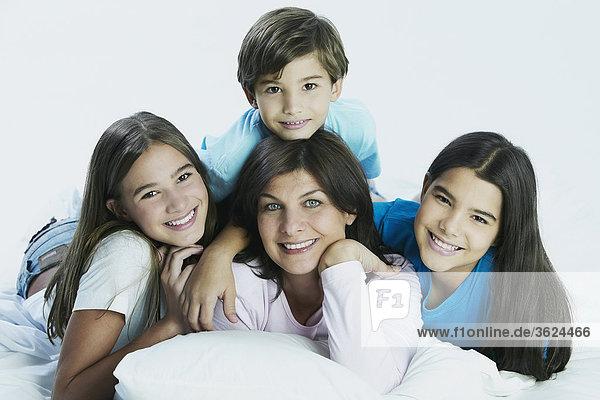 Porträt einer Frau mit ihr zwei Töchter und Sohn