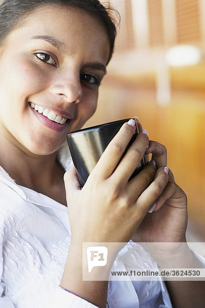 Portrait eines Teenagerin halten eine Tasse