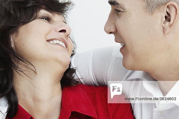Nahaufnahme-ein Blick auf einander lächelnd reifes Paar