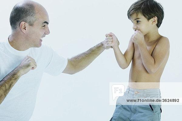 Nahaufnahme ein älterer Mann und seinem Sohn kämpfen