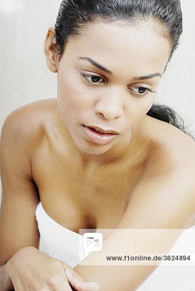 Nahaufnahme einer jungen Frau in einem Tuch gewickelt