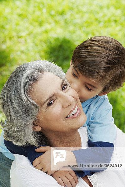 Junge - Person küssen Close-up Großmutter
