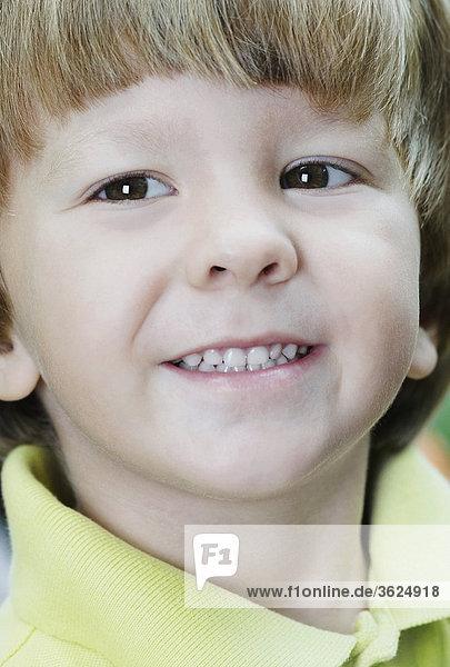 Nahaufnahme eines jungen lächelnd