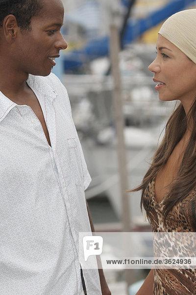 Seitenansicht eines jungen Paares Blick auf einander und lächelnd