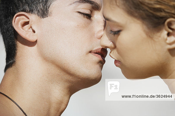 Nahaufnahme von Mitte Erwachsenen Mann und eine junge Frau küssen