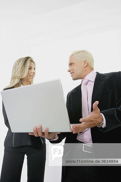 Untersicht geschäftsfrau und ein Geschäftsmann mit einem laptop