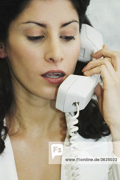 Nahaufnahme der geschäftsfrau Gespräch am Telefon