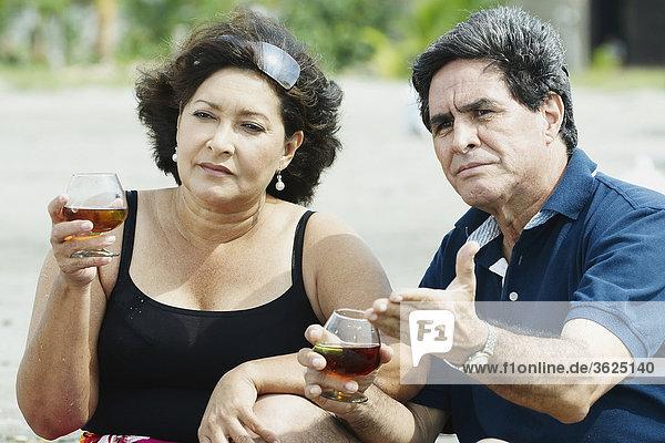 Nahaufnahme von einem reifes Paar halten Gläser Wein