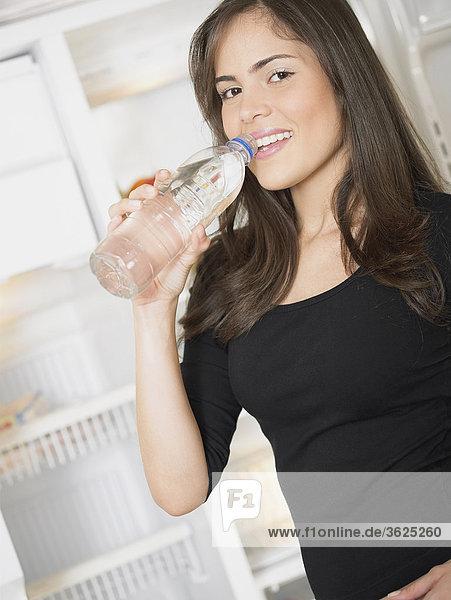 Portrait einer jungen Frau Trinkwasser aus einer Flasche