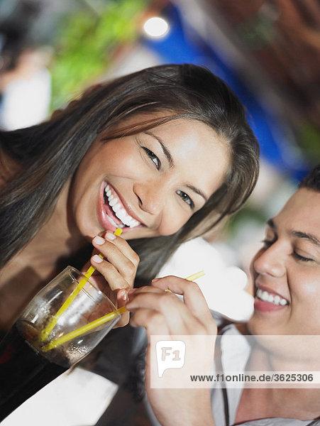 Nahaufnahme eines jungen Paares ein kaltes Getränk trinken