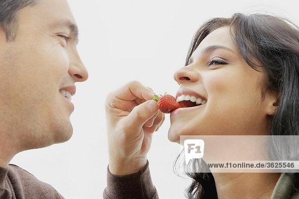 Nahaufnahme eines Mitte Erwachsenen Mannes Fütterung einer jungen Frau