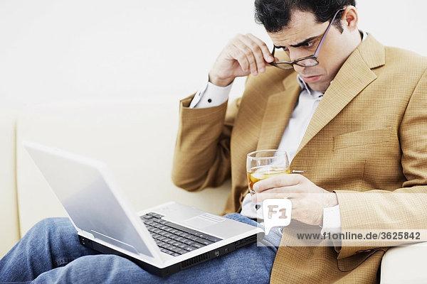 Nahaufnahme eines Mitte Erwachsenen Mannes Blick auf einem laptop
