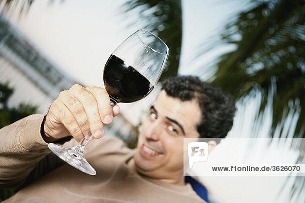 Untersicht eines Mitte Erwachsenen Mannes mit einem Glas Rotwein