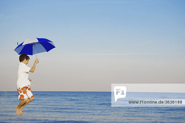 Profil Profile Junge - Person Regenschirm Schirm springen Seitenansicht