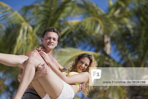 Porträt eines jungen Mannes mit eine junge Frau
