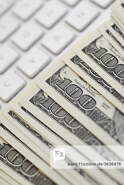 Nahaufnahme des amerikanischen Dollar-Scheine auf einem laptop