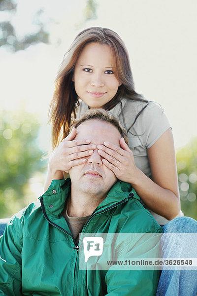 Portrait einer jungen Frau für eine Mitte Erwachsenen Mannes Augen