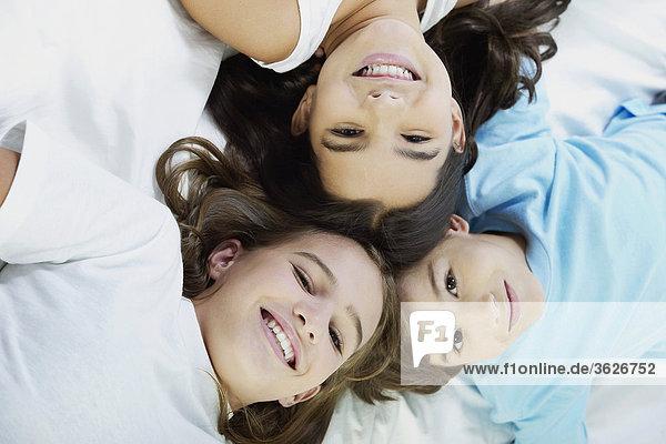 Nahaufnahme-ein Junge und seine zwei Schwestern auf dem Bett liegend
