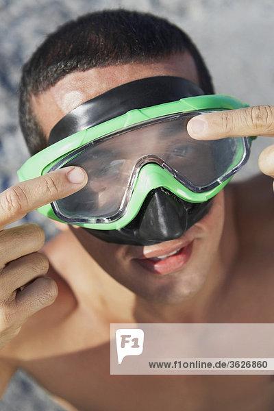 Erhöhte Ansicht eines Mitte erwachsenen Menschen tragen Schwimmbrille