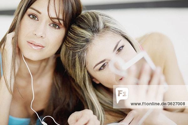 Nahaufnahme von einer jungen Frau und Mitte erwachsen frau einen MP3-Player anhören