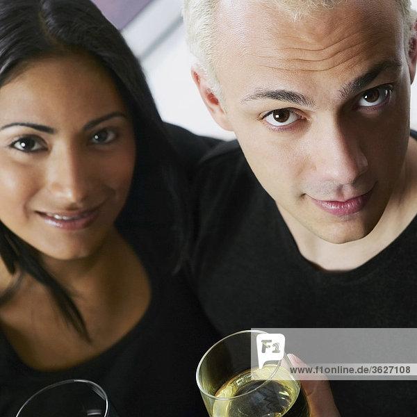 Porträt eines jungen Paares mit einem Glas Wein