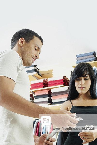 Untersicht eines jungen Paares auswählen einen Gürtel