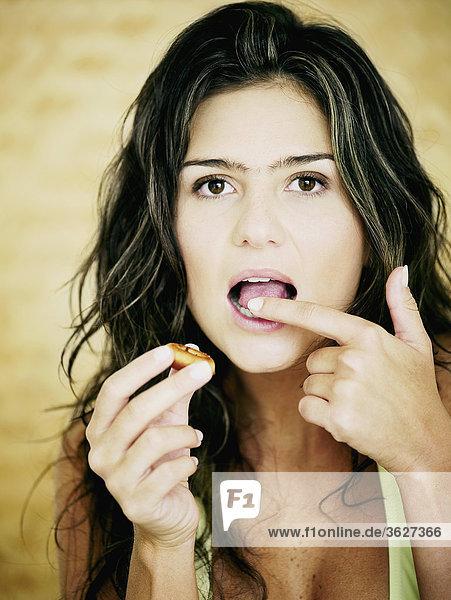 Nahaufnahme einer jungen Frau Essen einen cookie