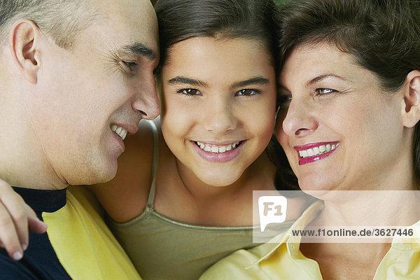 Mädchenbildnis lächelnd mit ihren Eltern